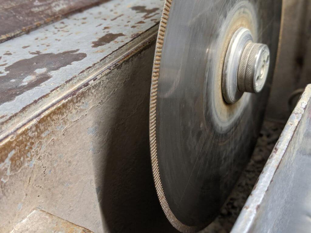 tischbohrmaschine im einsatz